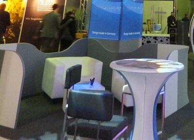 Agentur Rindle Loungewall modulare halb hohe Trennwände die einen abgegrenzten Bereich bilden, Besprechungsinsel, felxibles kreieren einer Lounge geschwungenes Design hms