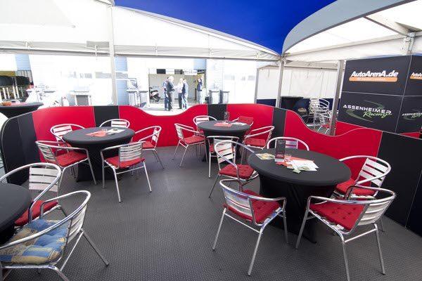 Agentur Rindle Loungewall modulare halb hohe Trennwände die einen abgegrenzten Bereich bilden, Besprechungsinsel, felxibles kreieren einer Lounge geschwungenes Design mit Stretchstoff Hussen Dineria hms