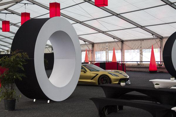 Agentur Rindle freistehender easy donut Ring aus Aluminium und Stretchstoff in einer Ausstellungshalle als Eyecatcher hms