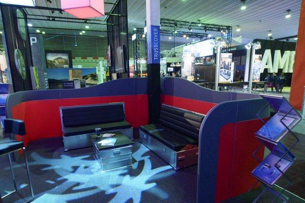 Agentur Rindle Loungewall modulare halb hohe Trennwände die einen abgegrenzten Bereich bilden, Besprechungsinsel, felxibles kreieren einer Lounge geschwungenes Design mit Sofabox hms