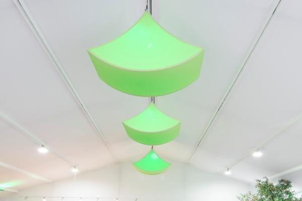 Agentur Rindle grüner harmonisch geschwungener Deckenleuchtkörper easy libra Beleuchtung möglich benötigt zwei Hängepunkte