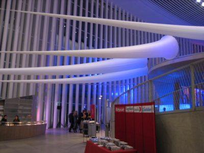 Helsinki A Helsinki B und Helsinki C sind aufhängbare Säulen, die miteinander kombinierbar sind und aus einer Aluminiumkonstruktion bestehen, die mit StretchStoff bezogen wird