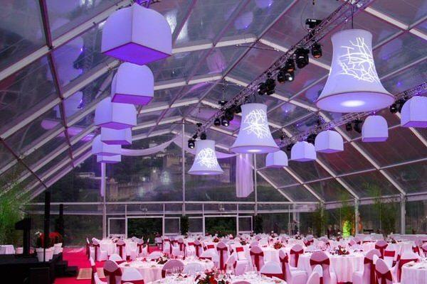 von der Decke hängende Glocke oder Lampenschirm in einem Wintergarten für eine Gala eine Hochzeit eine Dinner- Veranstaltung die beleuchtbaren Skulpturen sind geeignet als Dekorationsobjekt für Veranstaltungen Eventdekoration von Agentur Rindle hms