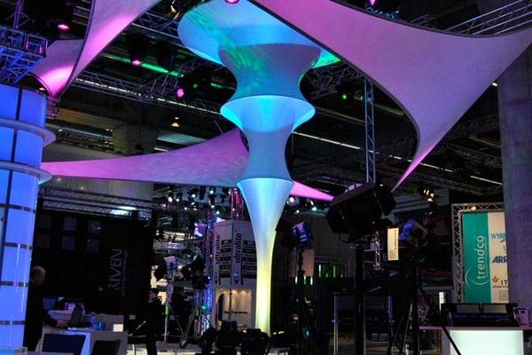 SANSIBAR & SEOUL Messegestaltung mit der Säule in Kombination mit dem Seoul Segel in einem blau-lila Farbthema wirkt maritim oder wie in einer Unterwasserwelt Agentur Rindle hms