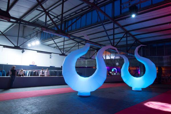 easy HARP die Leuchtdekoration als Wegweiser, Bühnendekoration aufblasbare Dekorationen, HMS Agentur Rindle