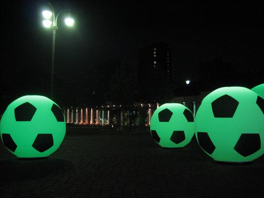 GLOBE SOCCER Fussballdekoration Agentur Rindle Inflatables Globe Gebläse LEDBeleuchtung Bodendekoration Leuchtkugeln outdoor easy airsystem (c) hms