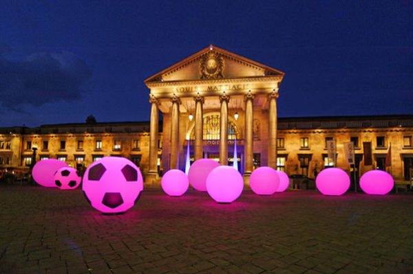 easy GLOBE & SOCCER Fussballdekoration Agentur Rindle Inflatables Globe Gebläse LEDBeleuchtung Bodendekoration Leuchtkugeln outdoor easy airsystem (c) hms