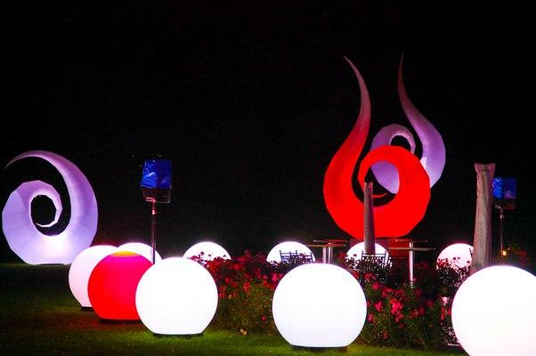 Aufblasbare Skulptur - Lichtskulptur - Lichtdekoration - Dekorationslampe mit LED: SWAN mieten oder kaufen