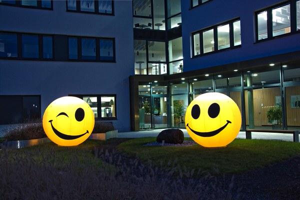easy SMILEY Aufblasbarer Zwinker Smiley Icon für humorvollen Empfang. Vermietung und Verkauf möglich hms