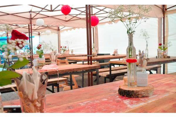 Outdoormietmöbel im Vintage-Shabby-Style für alle rustikalen Veranstaltungen Stehtisch, Loungetisch, Buffetisch, Bierbankgarnitur