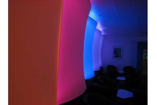 Raumabtrenner Zimmerhöhe aus Stretchstoff - Designschöne 3D Form schwer entflammbar . Vermietung und Verkauf möglich