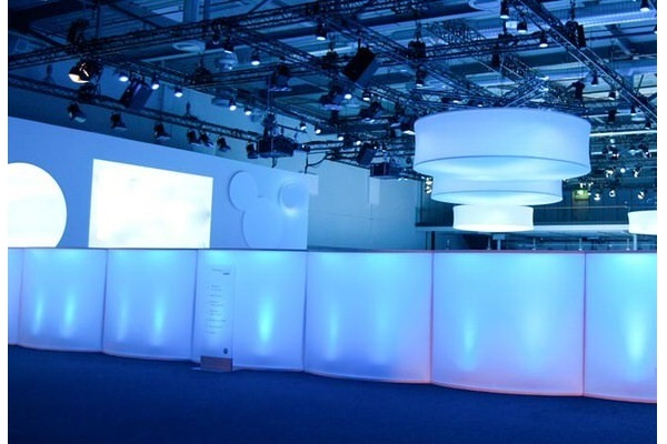 Große Hallendekoration und Raum-in-Raum Gestaltung. LED Objekte hängend