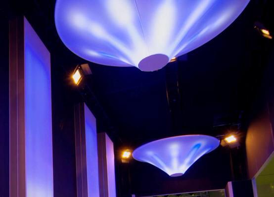 easy UFO -Agentur Rindle beleuchtete Raumskulptur hängend Messestand hms