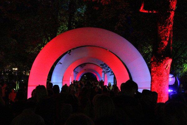 AIRGATE Aufblasbare Leuchtskulpturen mit Halogenlicht Eingangsgestaltung und Leuchtbogen zur Miete oder Verkauf fuer Lichterfeste (c) airlight
