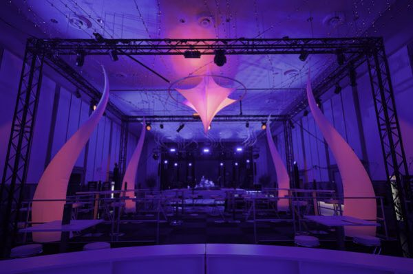 Deckendekoration_Weihnachten_Stern_Beleuchtung_Party_Diskothek_Veranstaltungstechnik_Boden_Decke_Halle_Event