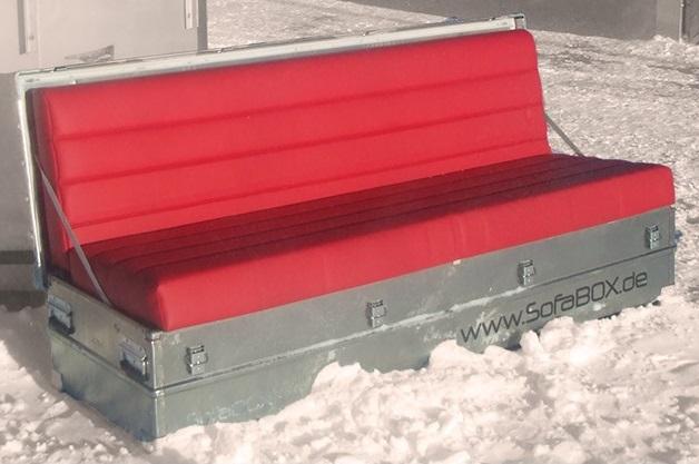 Mietmoebel rote SOFABOX moderne stylische Outdoor Sitzbank im Schnee Vermietung - SOF