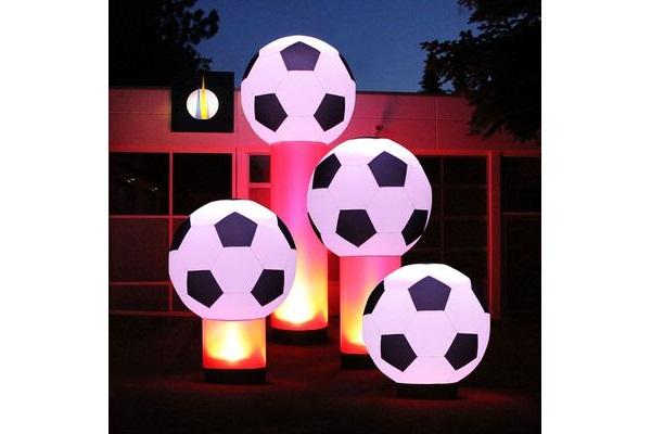 AIRSOCCER Aufblasbare Leuchtskulpturen mit Halogenlicht Fussball, Handball zur Miete oder Verkauf fuer Lichterfeste (c) airlight